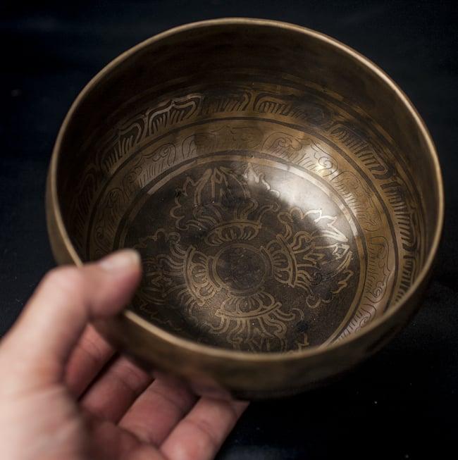【一点物】チベタンシンギングボウル【音階:F#】641g(スティック付属)の写真5 - サイズを感じていただく為、手に持ってみました。