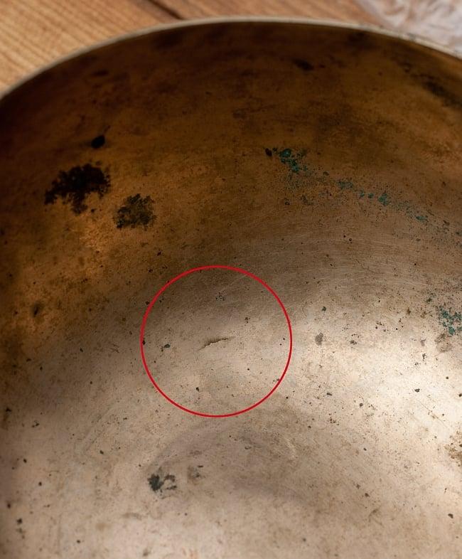 【一点物】アンティックシンギングボウル【音階:D#】402g(スティック付属)の写真8 - かなり小さいですが、底まで貫通しているヒビがはいっています。