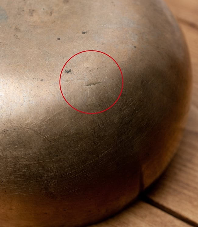 【一点物】アンティックシンギングボウル【音階:D#】402g(スティック付属)の写真9 - 底からの同じ箇所の写真です。演奏には特に問題ありません。