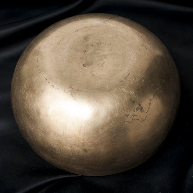 【一点物】アンティックシンギングボウル【音階:F#】548g(スティック付属)の写真4 - 裏側の写真です。