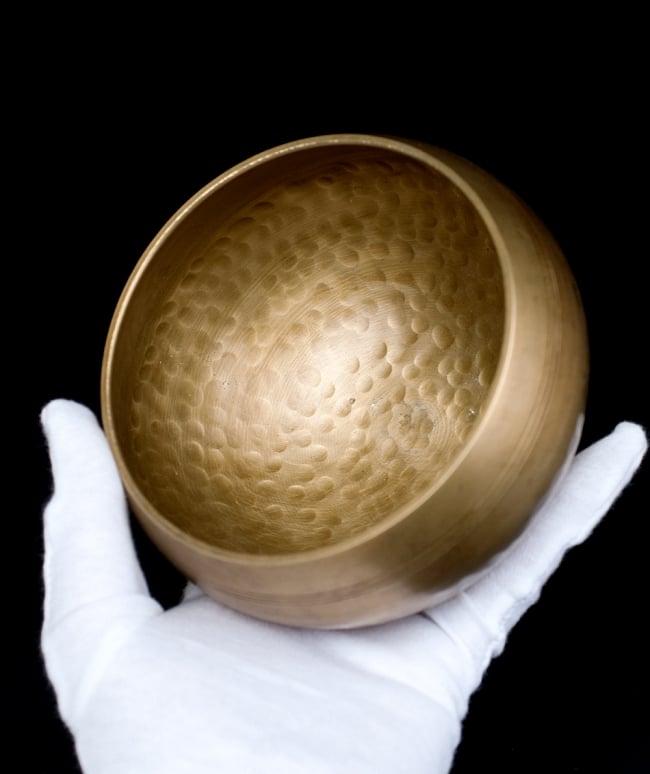 槌目付きティッカシンギングボウル 約13.8cm×約7.5cm〔スティック付属〕 5 - このくらいのサイズ感になります