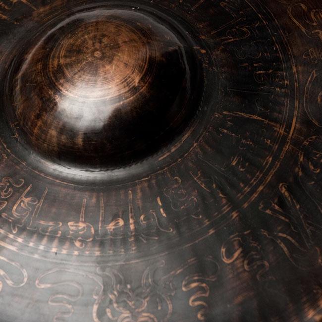 チベット仏教の銅鑼【27cm 1250g】の写真2 - 一部分を拡大しました