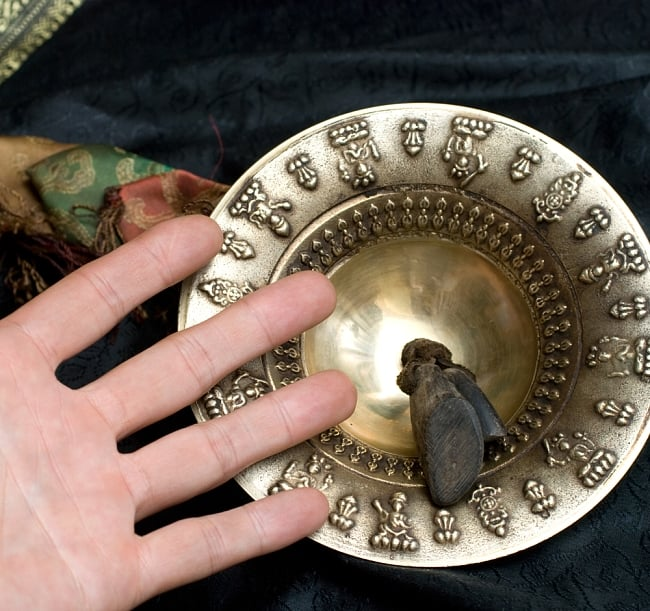 チベット密教の礼拝用シンバル[15cm 430g] 9 - サイズ比較のために手と一緒に撮影しました