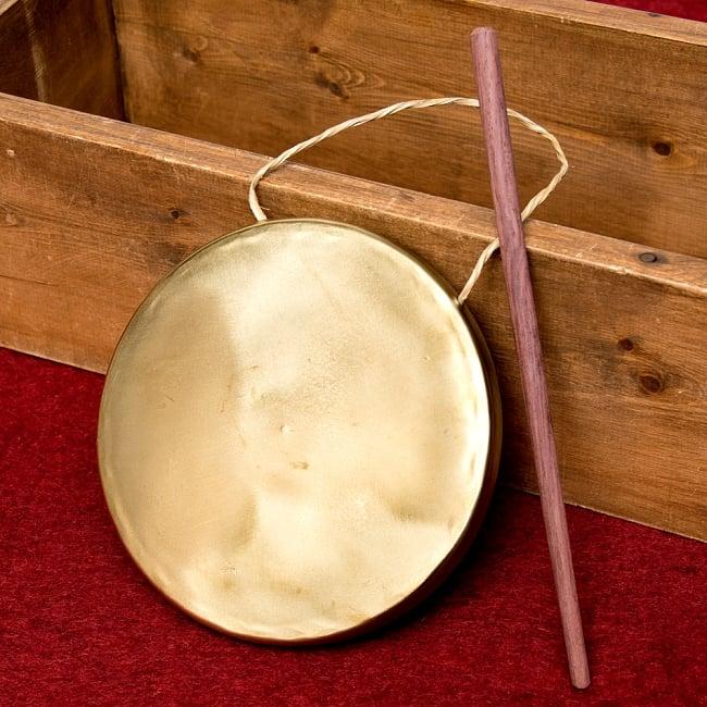 ベトナムのゴング(銅鑼)18cmの写真2 - バチが付属しますので、すぐにご使用いただけます。