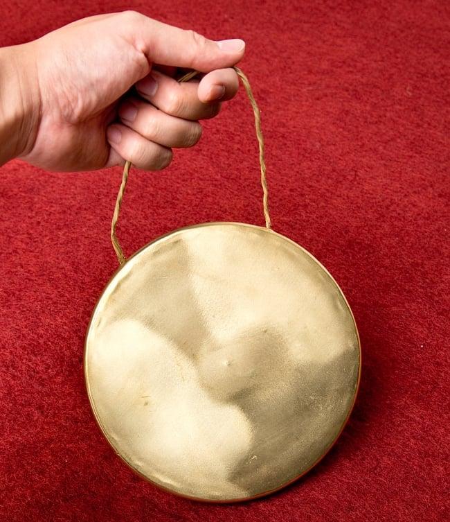 ベトナムのゴング(銅鑼)18cmの写真7 - このくらいのサイズ感になります