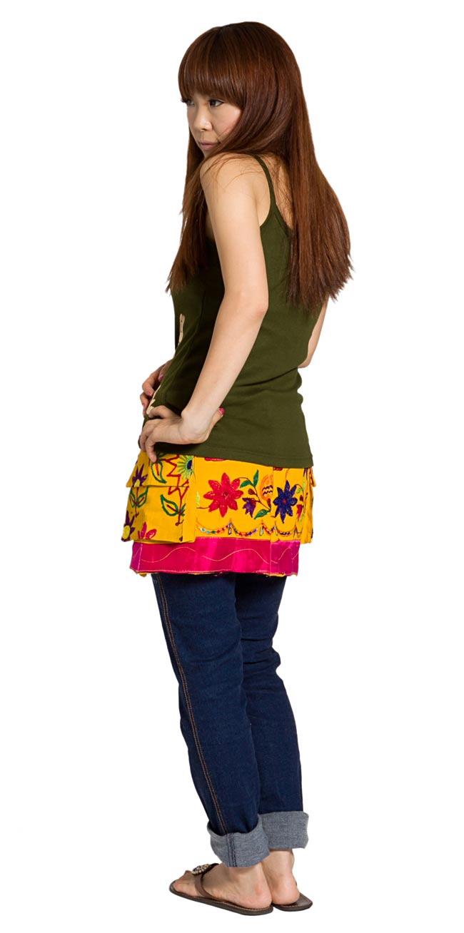 カッチ地方のトライバル刺繍ミニスカート 黄色系 2 - 後ろ姿はこんな感じです。