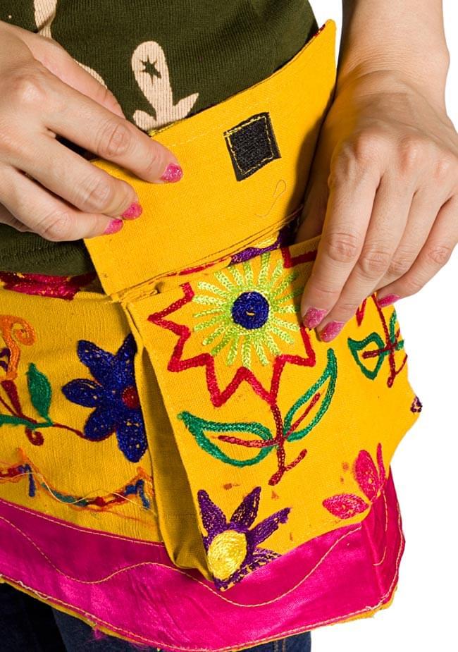 カッチ地方のトライバル刺繍ミニスカート 黄色系 3 - ポケットが良いですね。