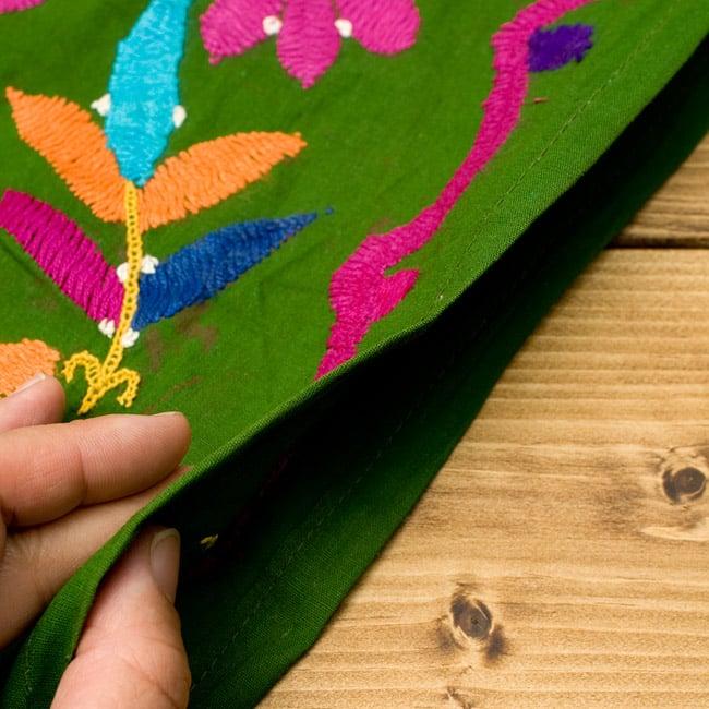〔1点物〕カッチ地方のトライバル刺繍ミニスカート  5 - 生地はこのくらいの薄手タイプなので、1枚で着用するよりは、レギンスやパンツと合わせて着る方がオススメです。