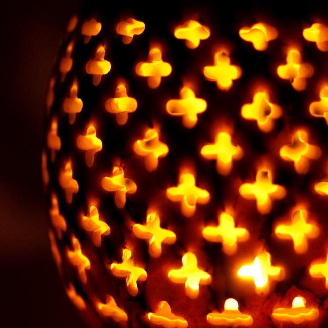 花とつる草 - ソープストーン卵形キャンドル&お香スタンドの写真12 - ゆらゆらとした光が素敵です。