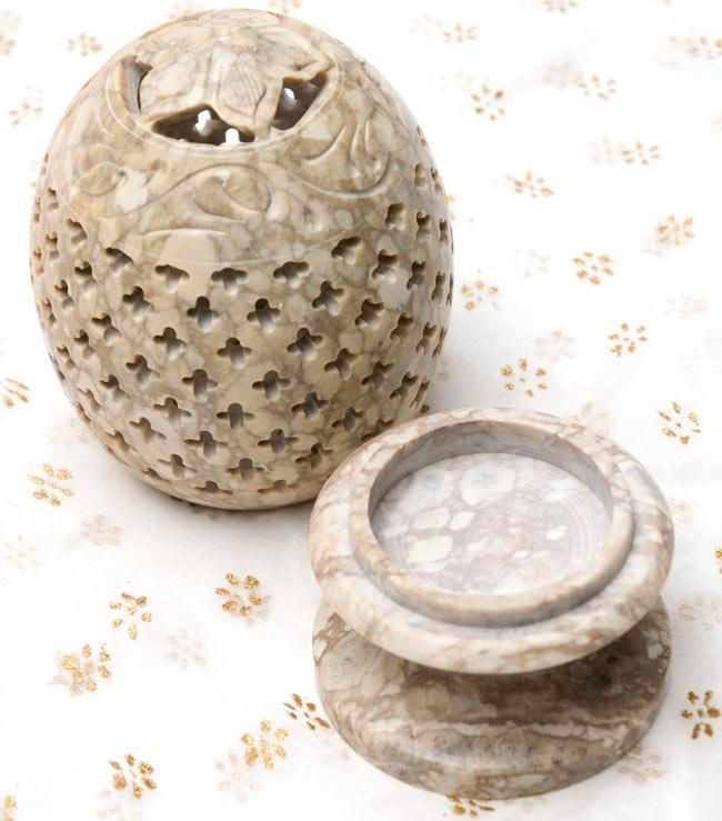 花とつる草 - ソープストーン卵形キャンドル&お香スタンドの写真2 - 2つに分かれます。土台の部分にティーキャンドルやお香を入れます。