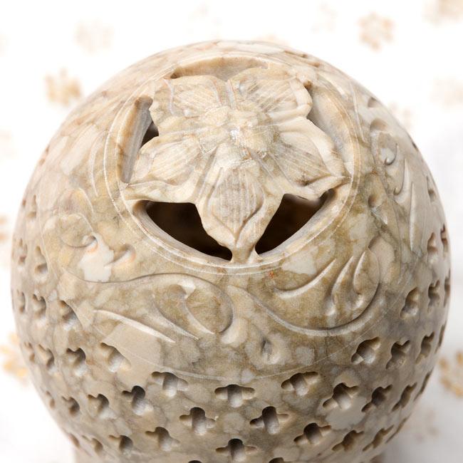 花とつる草 - ソープストーン卵形キャンドル&お香スタンドの写真3 - 上からの拡大写真です。