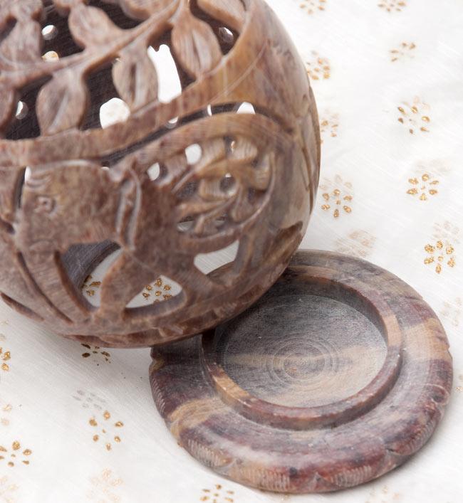 ゾウとつる草 - ソープストーン丸形キャンドル&お香スタンドの写真2 - 2つに分かれます。土台の部分にティーキャンドルやお香を入れます。