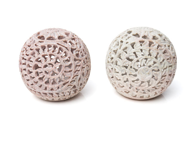 球形 - ソープストーンキャンドル&お香立ての写真14 - ソープストーンは天然石なので、このように色味には個体差がございます。特性をご了承の上でお買い求め下さい。