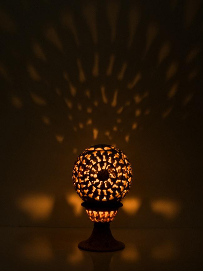 球形 - ソープストーンキャンドル&お香立ての写真2 - ティーキャンドルを使用しての使用例です。もれた光が壁に映えて美しいですね。【選択4】Dを使用して撮影しました。