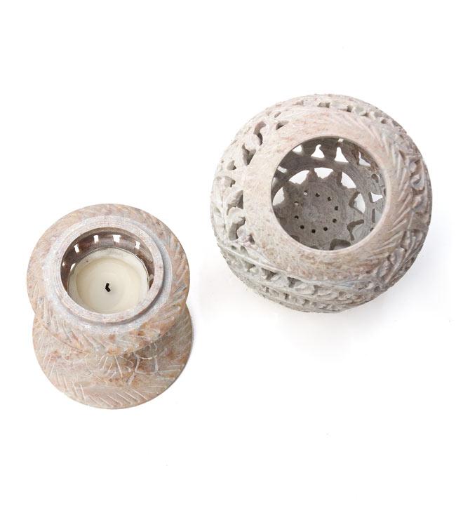 球形 - ソープストーンキャンドル&お香立ての写真3 - スタンド(左)とシェード(右)に分かれます。スタンドはティーキャンドルを置くのに最適な大きさです。