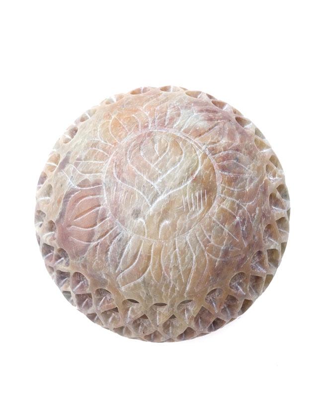 ロータス - ソープストーン丸型キャンドル&お香立ての写真2 - 真上から撮影しました。蓮のデザインが綺麗ですね。