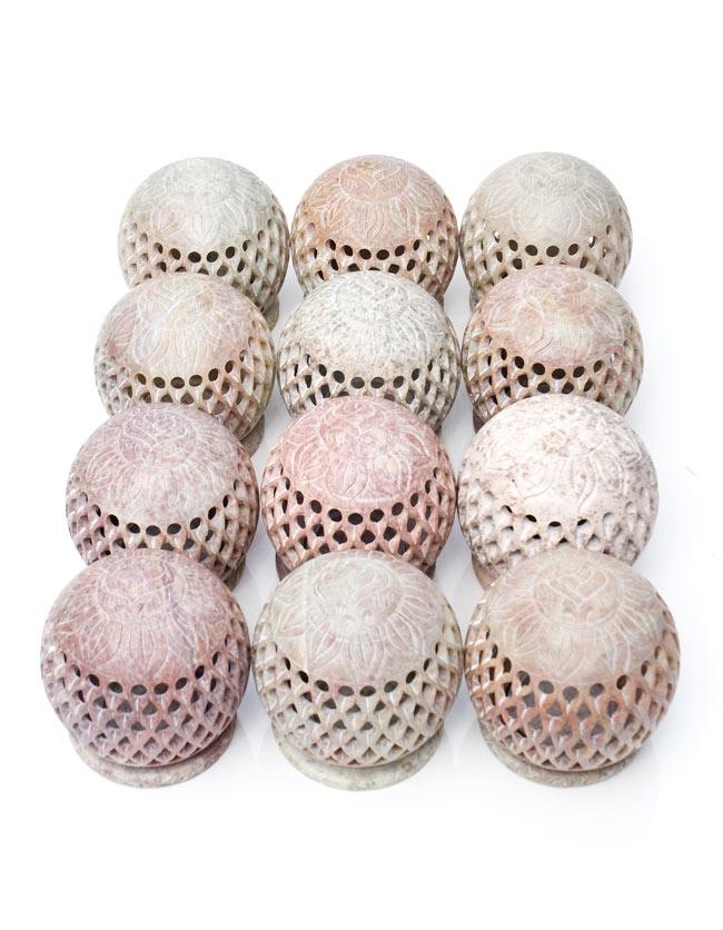 ロータス - ソープストーン丸型キャンドル&お香立ての写真7 - ソープストーンは天然石なので、このように色味には個体差がございます。特性をご了承の上でお買い求め下さい。