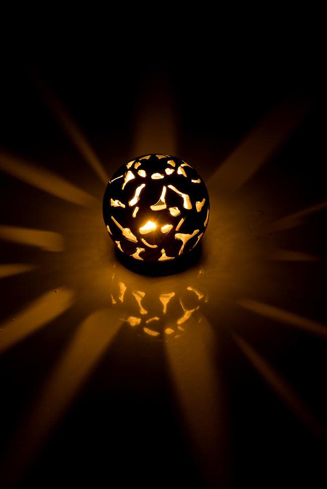 ソープストーン丸型キャンドル&お香立て - 花の写真2 - 火を灯してみるとこのような暖かく幻想的な雰囲気になります。