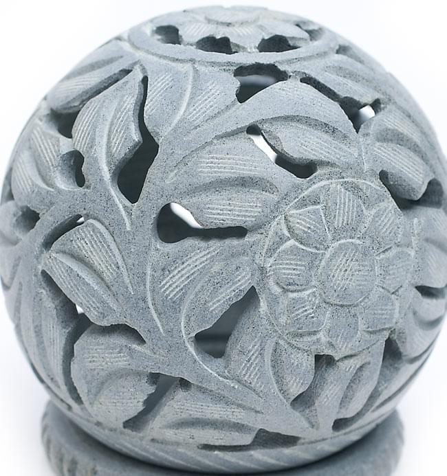 ソープストーン丸型キャンドル&お香立て - 花の写真4 - 真横から模様を見てみました。優美な彫り込みになっています。