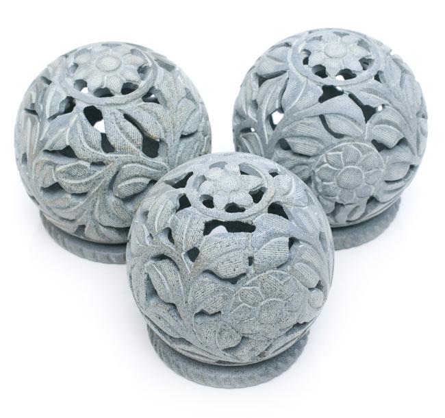 ソープストーン丸型キャンドル&お香立て - 花の写真8 - ソープストーンは天然石なので、このように色味や仕上がりには個体差がございます。特性をご了承の上でお買い求め下さい。