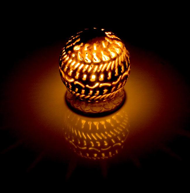 ソープストーン丸型キャンドル&お香立て - ひまわりの写真2 - 火を灯してみるとこのような暖かく幻想的な雰囲気になります。