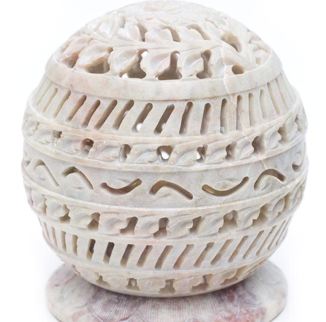 ソープストーン丸型キャンドル&お香立て - ひまわりの写真4 - 真横から模様を見てみました。優美な彫り込みになっています。