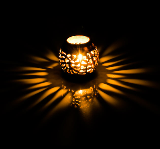 ソープストーン丸型キャンドル&お香立て - 枝模様の写真2 - 火を灯してみるとこのような暖かく幻想的な雰囲気になります。