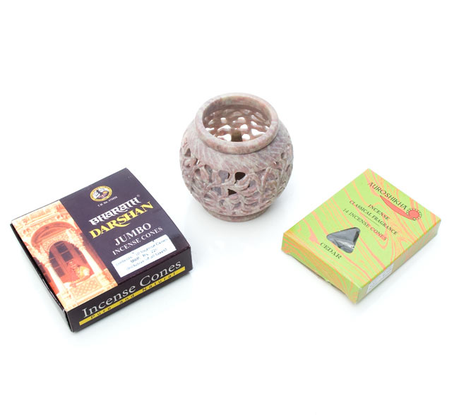 ソープストーン丸型キャンドル&お香立て - 枝模様の写真6 - 写真のような、コーン型のお香立てとしてもお使いいただけます。
