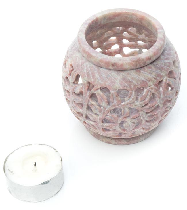 ソープストーン丸型キャンドル&お香立て - 枝模様の写真7 - ティーキャンドルが付属しますので、届いたらすぐにランプシェードとしてお使いいただけます。