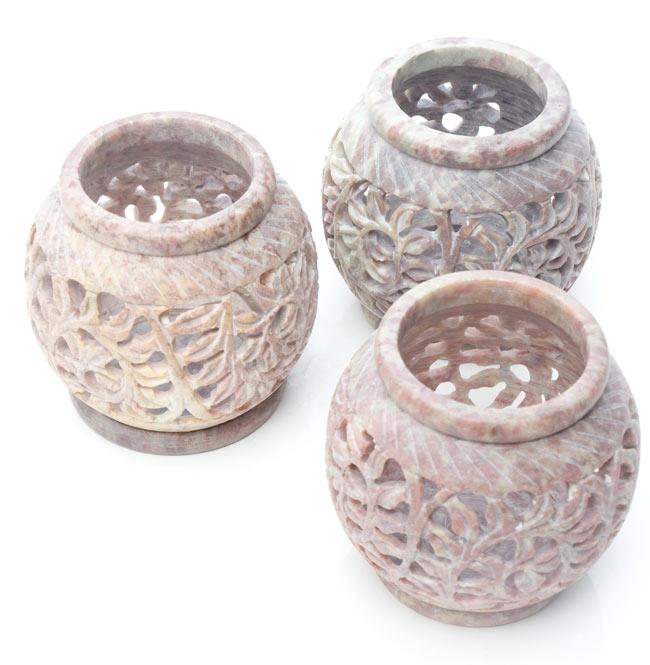 ソープストーン丸型キャンドル&お香立て - 枝模様の写真9 - ソープストーンは天然石なので、このように色味には個体差がございます。特性をご了承の上でお買い求め下さい。