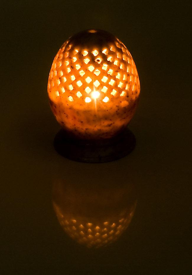 ソープストーン卵型キャンドル&お香立ての写真3 - 火を灯してみるとこのような暖かく幻想的な雰囲気になります。