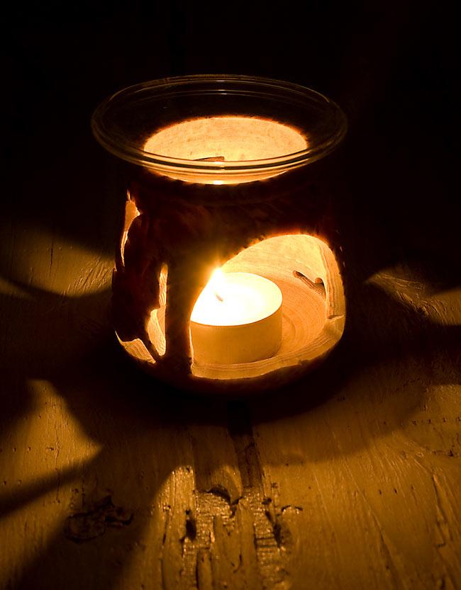 ソープストーンのアロマポット[高さ約8.5cm]の写真2 - 火を灯してみました。幻想的でぬくもりのある灯りと香りをお楽しみ頂けます。