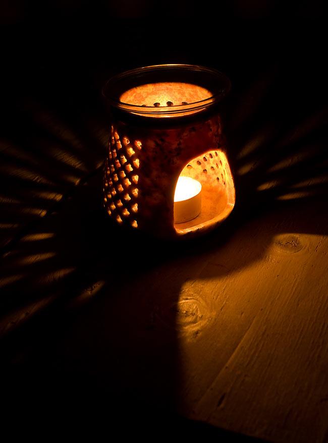 ソープストーンのアロマポット[高さ約9.5cm]の写真2 - 火を灯してみました。幻想的でぬくもりのある灯りと香りをお楽しみ頂けます。