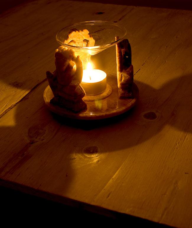 ソープストーンのアロマポット - 三体のガネーシャ[高さ約10cm] 2 - 火を灯してみました。幻想的でぬくもりのある灯りと香りをお楽しみ頂けます。