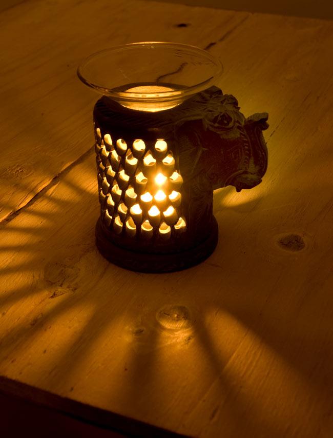ソープストーンのアロマポット - 象[高さ約11cm] 2 - 火を灯してみました。幻想的でぬくもりのある灯りと香りをお楽しみ頂けます。