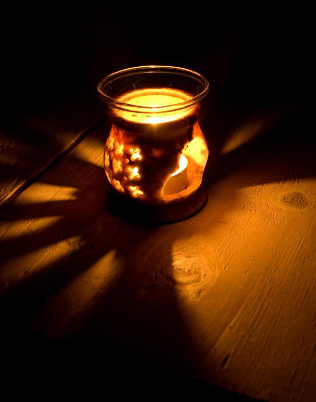 ソープストーンのアロマポット[高さ約8cm]の写真2 - 火を灯してみました。幻想的でぬくもりのある灯りと香りをお楽しみ頂けます。