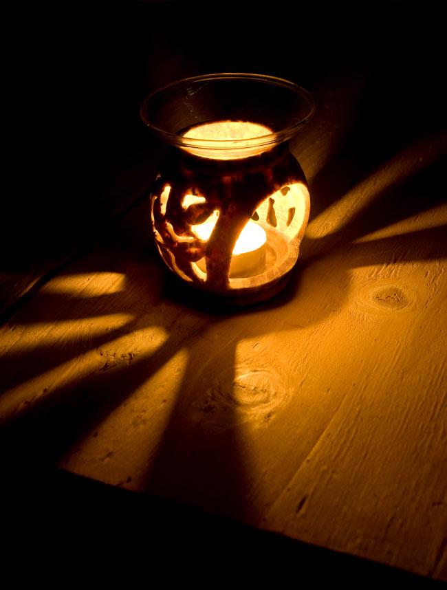 ソープストーンのアロマポット[高さ約9cm]の写真2 - 火を灯してみました。幻想的でぬくもりのある灯りと香りをお楽しみ頂けます。