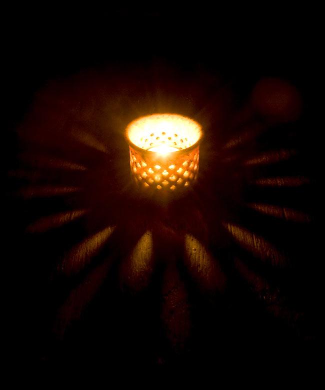 ソープストーンのキャンドルスタンドの写真2 - 火を灯してみました。模様からこぼれ出る灯りが美しいです。