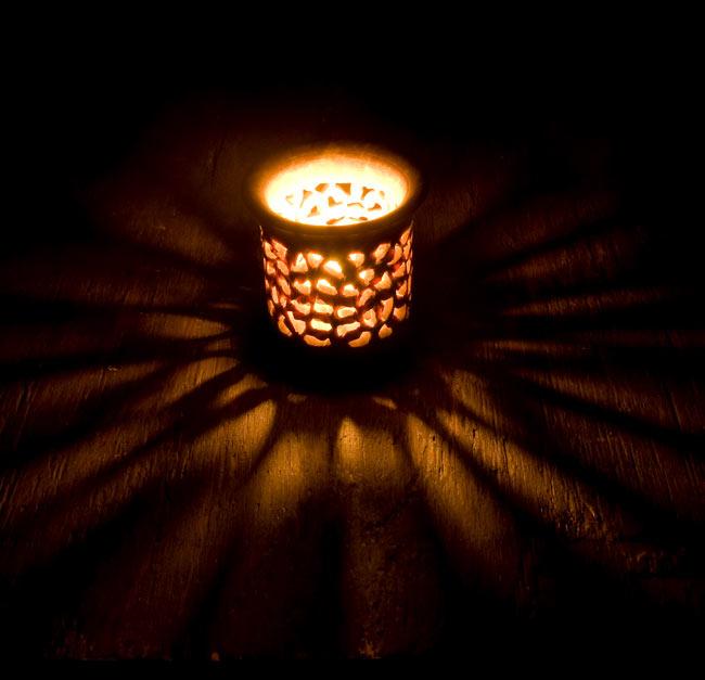 ソープストーンのキャンドルスタンド 2 - 火を灯してみました。模様からこぼれ出る灯りが美しいです。