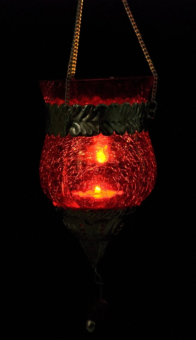 【インド品質】ひょうたん型ハンギングキャンドルスタンド パープル (大)の写真7 - 明かりを灯してみました。非常に幻想的です。