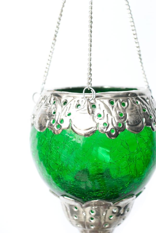 逆ドーム型ハンギングキャンドルスタンド【小】 - 緑の写真5 - 同じデザインで違う色のランプをサイズ比較のために手に持ってみました。手頃な大きさです