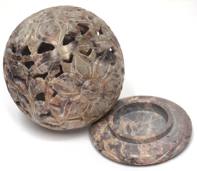 大輪の花 - ソープストーン丸形キャンドル&お香スタンド(大)の写真2 - 2つに分かれます。土台の部分にティーキャンドルやお香を入れます