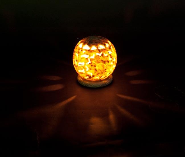 大輪の花 - ソープストーン丸形キャンドル&お香スタンド(大)の写真4 - 実際にティーライトを中に入れてみました。美しい模様が浮かび上がります