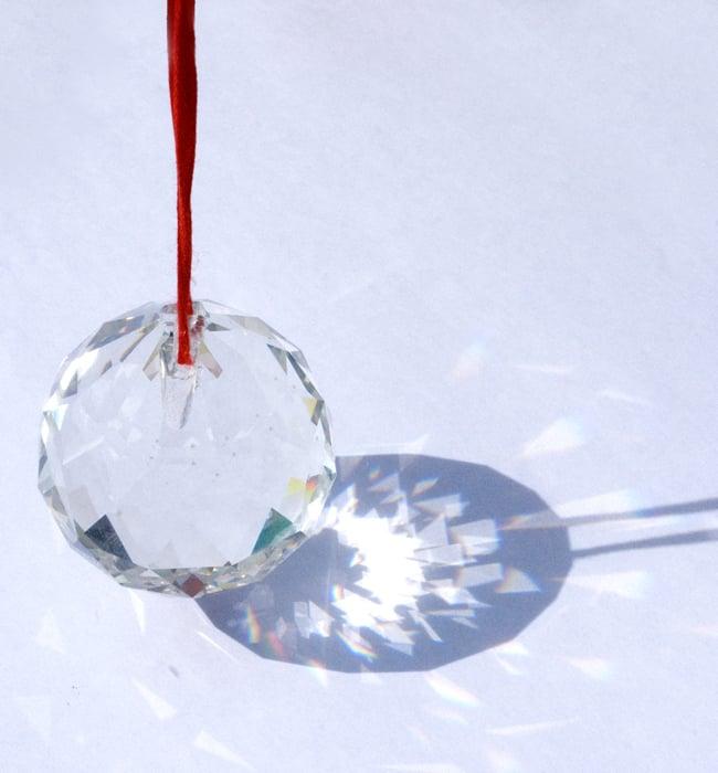 太陽の光を集めるクリスタル サンキャッチャー [5cm]の写真5 - 確かな存在感のある透明感です
