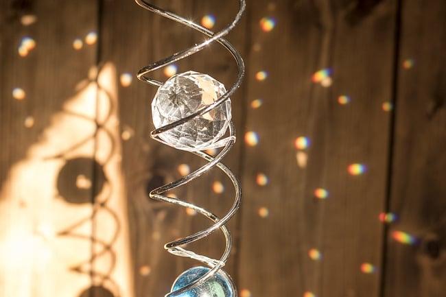 太陽の光を集めるスパイラルサンキャッチャー(青)の写真2 - 細かな虹を周囲に散らしてくれる美しいインテリアです。