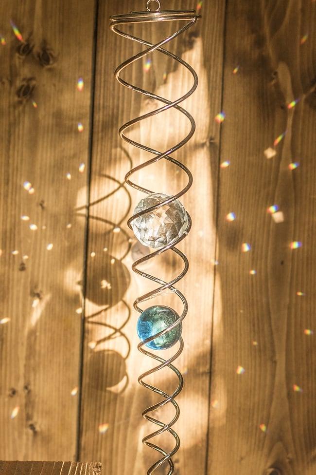 太陽の光を集めるスパイラルサンキャッチャー(青)の写真