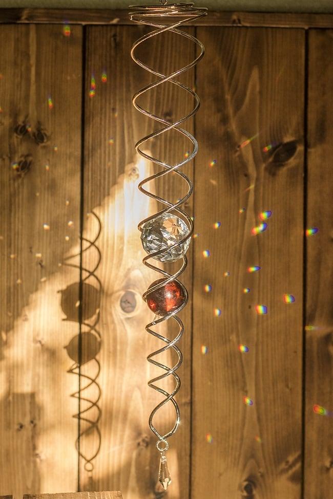太陽の光を集めるスパイラルサンキャッチャー(赤茶)の写真