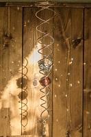 太陽の光を集めるスパイラルサンキャッチャー(赤茶)