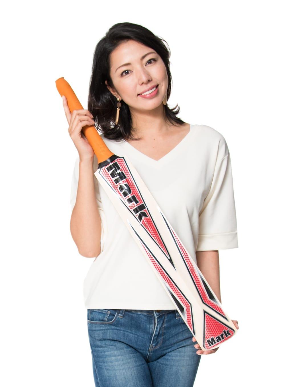 クリケットバット - Mark 100 series 11 - 類似品を、モデルさんに持ってもらったところです。