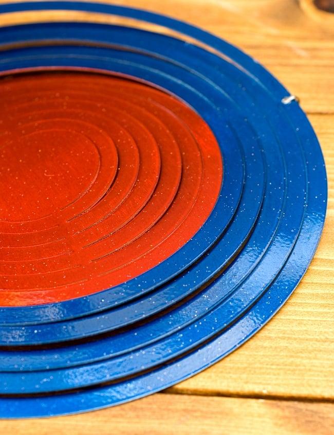 カラフルコスモスピナー 太陽で輝き風で動くモビール- 赤と青(8インチ)の写真4 - このような形になっています